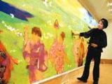 完成した壁画を見つめる田村能里子さん