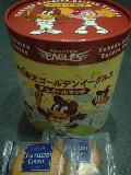 パッケージには、球団のキャラクター、クラッチくんとクラッチーナちゃんが!
