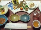 左から先付け(自家製塩辛)、酢の物、八寸(百合根和え、湯葉巻きなど)、コップ、自家製山桃酒。真ん中のはお刺身用の醤油皿