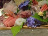氷の器に盛られた地魚のお造り。あじさいが添えられているのも(・∀・)イイ!!