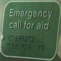 『Emergency call for aid(エマージェンシー・コール・フォー・エイド)』と書いてあり、それと同じことがすぐ下に点字標記されている