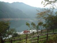草木湖(または草木ダム)。水面に山が映っていてキレイ!