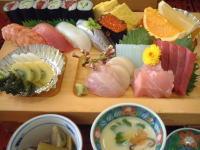お寿司6貫、細巻き6コ、刺身各種、茶碗蒸し、煮物、フルーツ