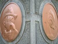 建物の柱にはめ込まれた銅でできたヒゲオヤジ(伴 俊作)のプレート。他にも『リボンの騎士』のサファイヤや火の鳥のプレートがあります