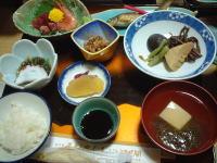 ごはん、酢の物、お刺身、煮物、高野豆腐のお吸い物、鮎の塩焼きなど