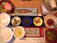 ごはん、温泉卵、ハムのサラダ、鮎の甘露煮(?)、湯豆腐、小鉢3つ、お味噌汁