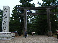 鳥居の横に「出雲大社」と書いてある石塔が