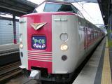 白地にピンクの電車