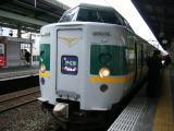 白地にグリーンと黄色いラインの電車