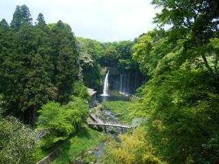 遠目から見た「白糸の滝」