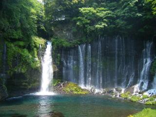 近くから見た「白糸の滝」