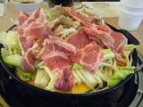 てんこ盛りの野菜の上に肉っ
