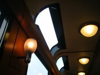 車内の照明と窓の様子